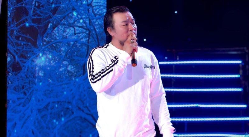 Hình ảnh ca sĩ Đạt Võ đứng trên sân khấu