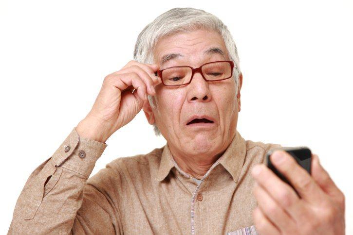 tại sao người già phải đeo kính lão